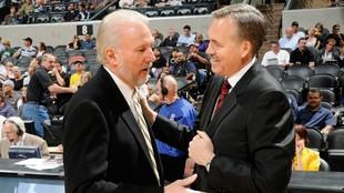 Gregg Popovich, entrenador de los Spurs, saluda a Mike D'Antoni,...