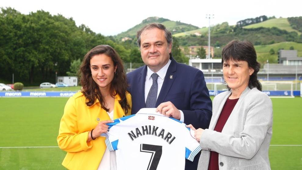 Nahikari García junto a Jokin Aperribay y Garbiñe Etxeberría.