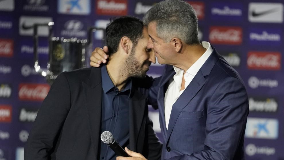 Juanfran y Gil Marín se abrazan en la despedida del Atlético del...