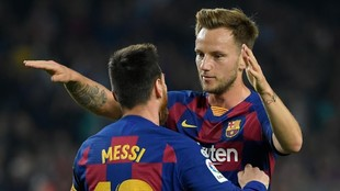 Rakitic abraza a Messi en un partido con el Barcelona