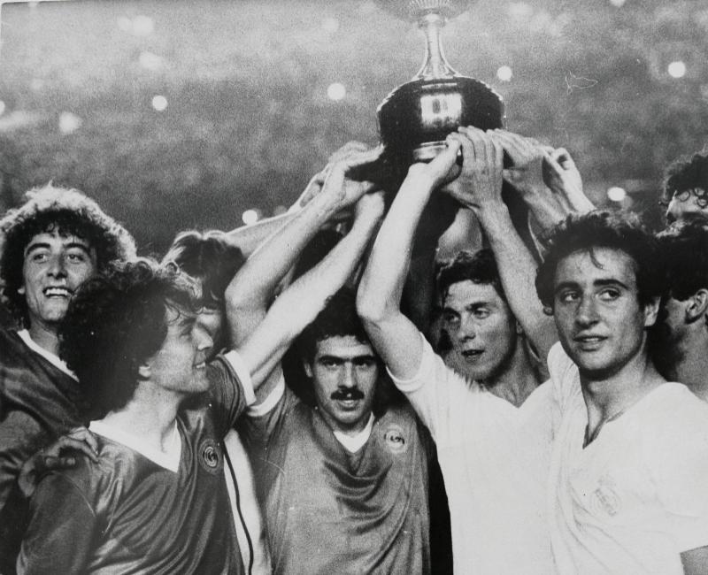 Los jugadores del Real Madrid y el Castilla levantan juntos la copa...