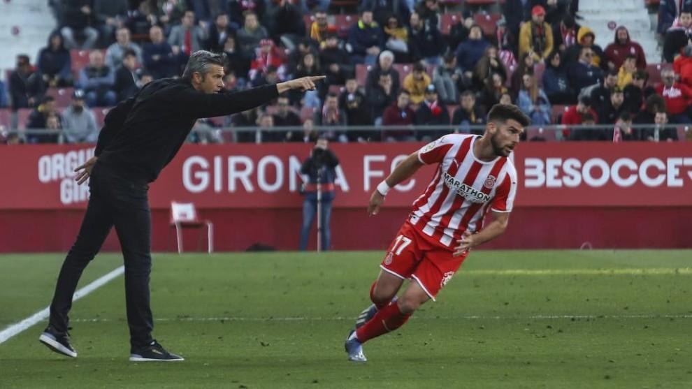 Josep Lluis Martí dando instrucciones a sus jugadores durante un...