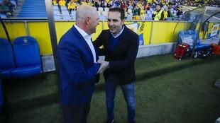 Pepe Mel y Rubén Baraja se saludan antes de un partido en el estadio...