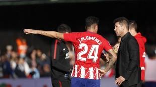 Gimenez charla con Simeone durante un partido con el Atletico de...