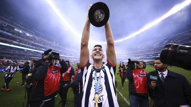 César Montes celebra un título con Monterrey.