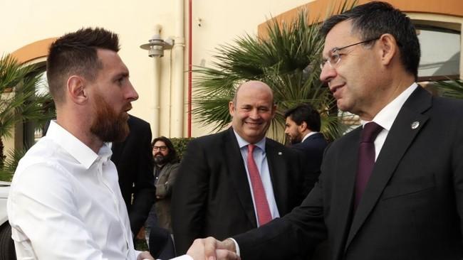 Bartomeu y Messi se saludan en la entrega de la Bota de Oro.