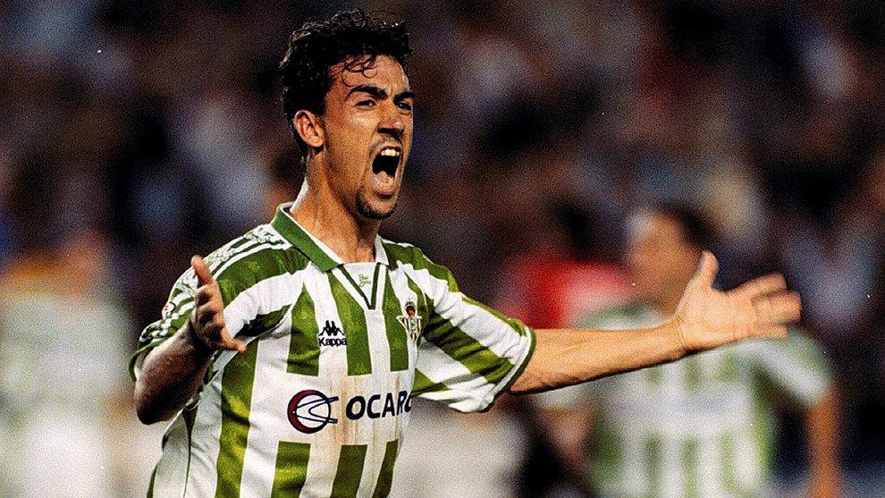El actual técnico del Club Marino de Luanco celebra un gol en su...