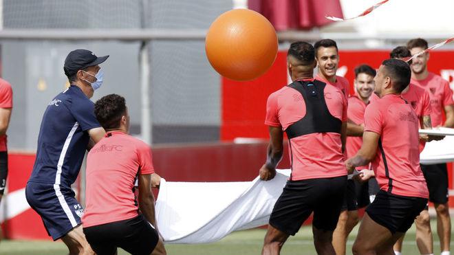 Divertido entrenamiento de los jugadores del Sevilla.