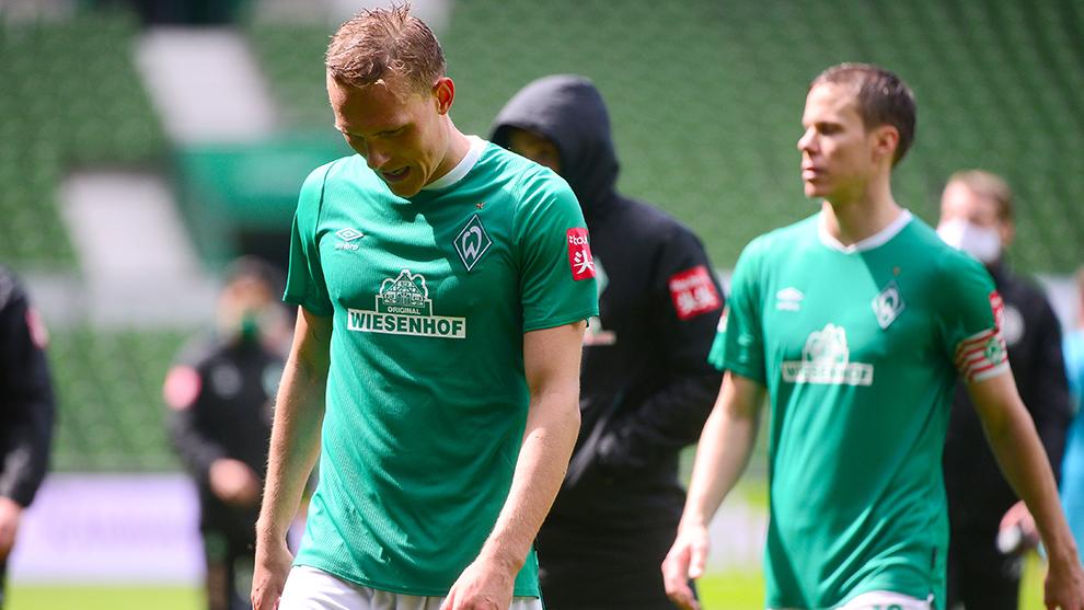 Jugadores del Werder Bremen lamentan la derrotan ante el Wolfsburgo.