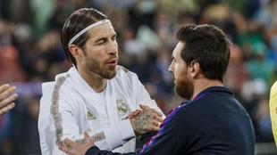 Ramos y Messi se saludan antes del Clásico del Bernabéu