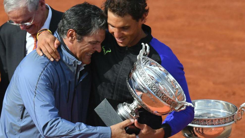 Toni y Rafa Nadal, en la pista Philippe Chatrier