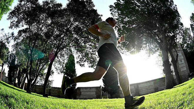 Un hombre corre en un parque