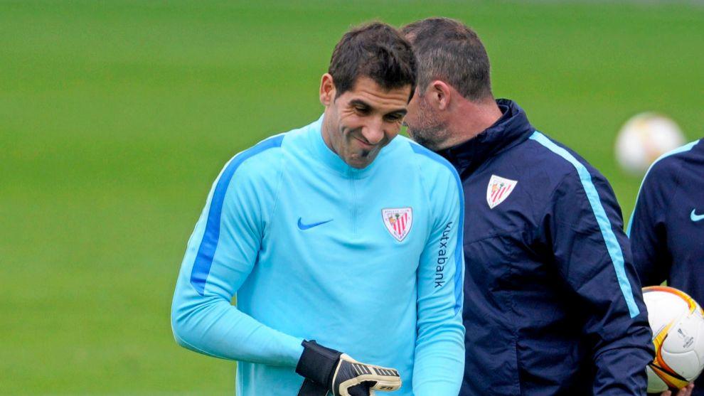 Iraizoz, delante de Iru, su último entrenador de porteros en el...
