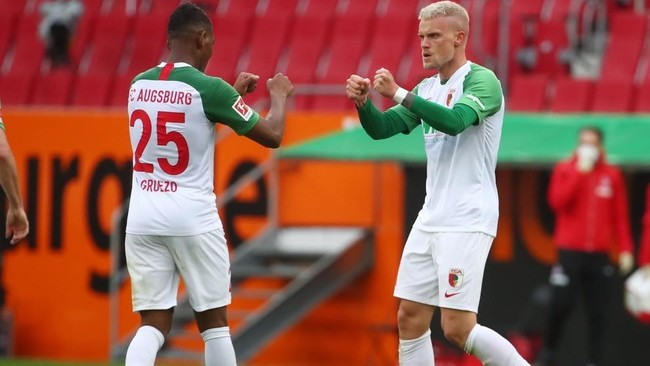 Philipp Max y Carlos Gruezo, jugadores del Augsburg, celebran un gol...