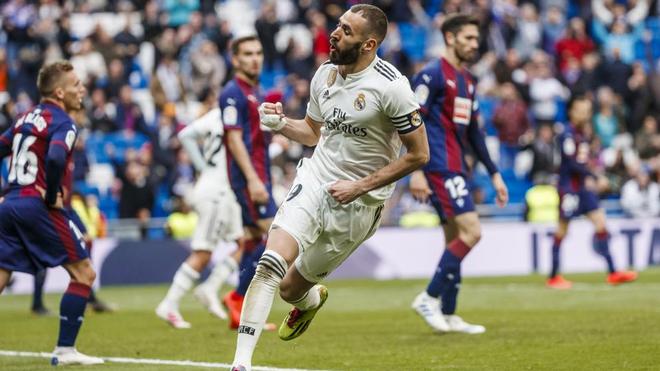 Benzema celebra un gol durante el último Madrid - Eibar.