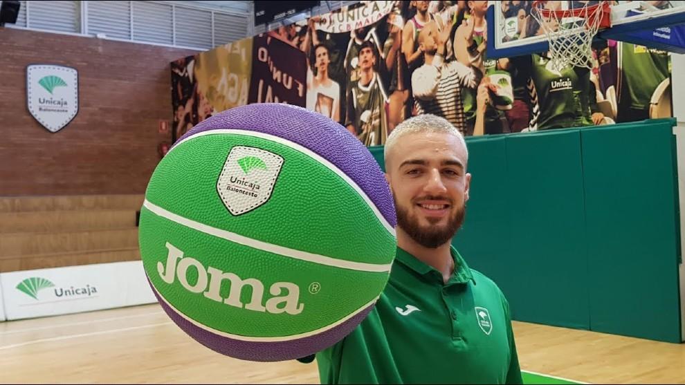 Francis Alonso, escolta del Unicaja, posa con un balón con los...