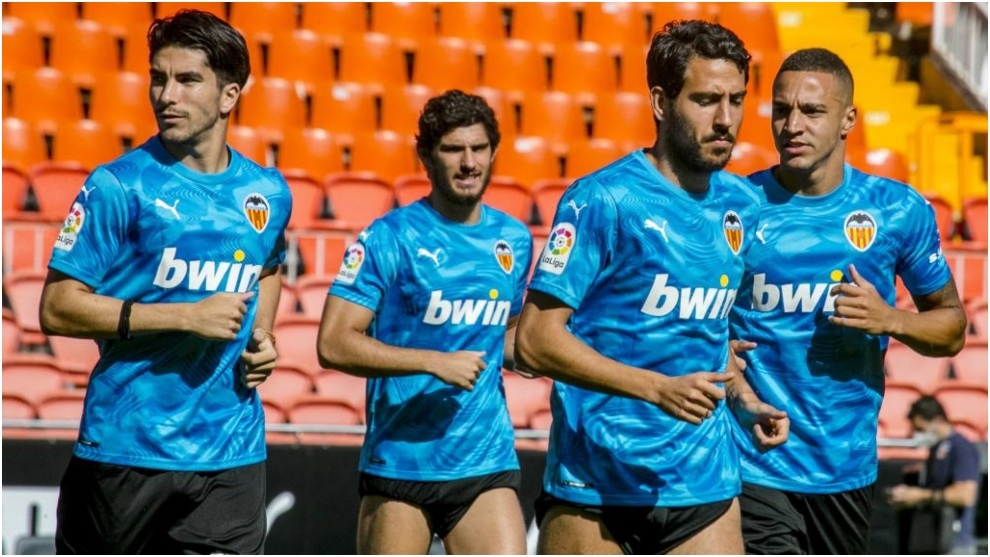 Parejo y Rodrigo durante un entrenamiento reciente del Valencia, con publicidad de apuestas.