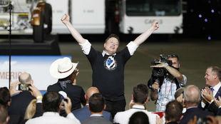 Elon Musk celebra el lanzamiento del Space X, su proyecto espacial.