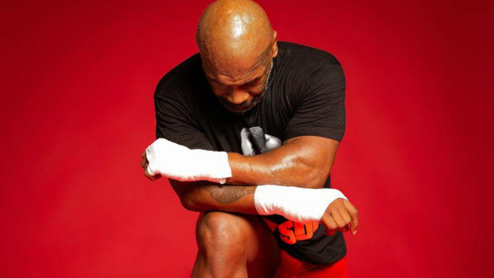 Mike Tyson se arrodilla