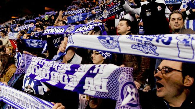 Aficionados del Deportivo en la grada de Riazor durante un partido de...