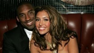 Kobe Bryant y su mujer Vanessa posan sonrientes durante una fiesta.