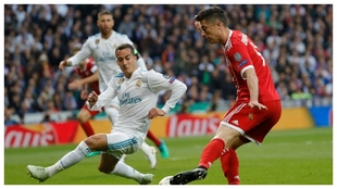 Lucas Vázquez, como lateral derecho, ante Lewandowski en las...