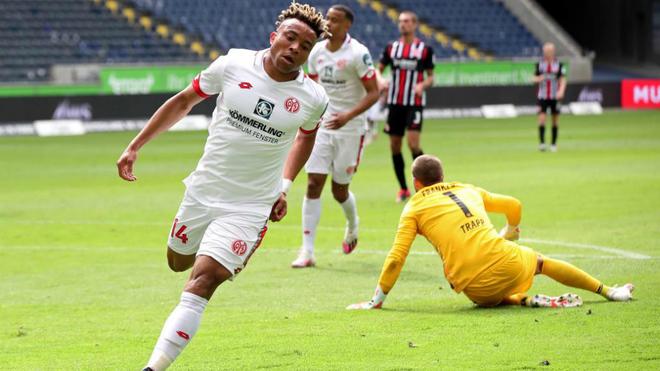 El centrocampista del Mainz 05 Pierre Kunde celebra un gol el pasado...