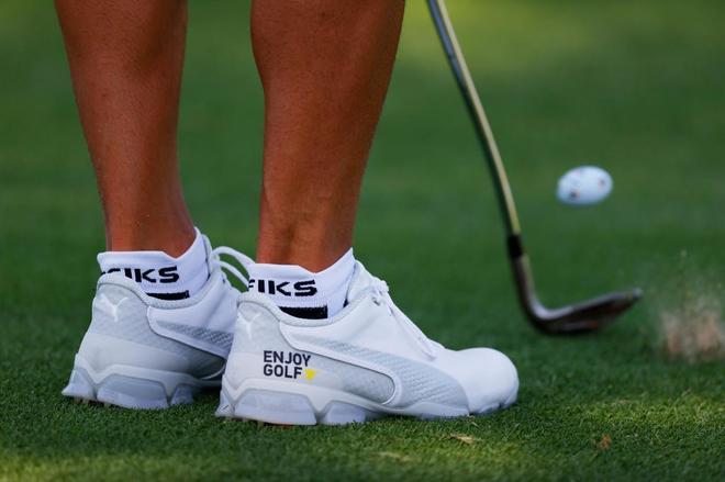 Detalle de los zapatos de Rickie Fowler, en las prácticas del...