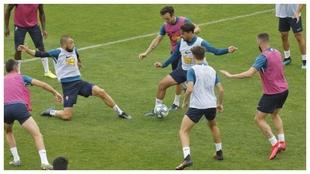 Los jugadores del Sporting echan un partidillo entre ellos para...