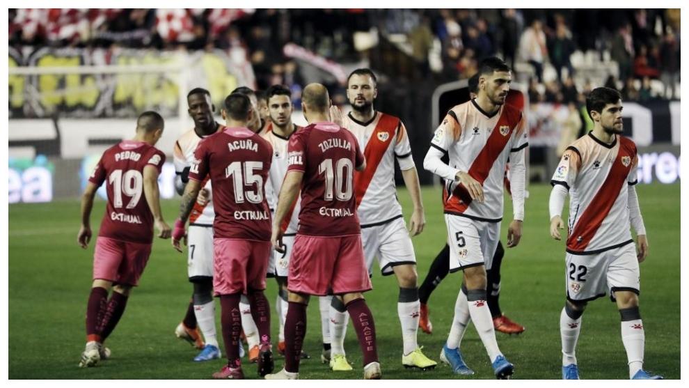 Los jugadores del Albacete y del Rayo se saludan antes de comenzar el...