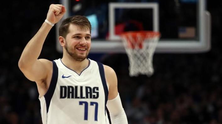 Luka Doncic celebra una acción de los Dallas Mavericks.
