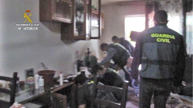 Los agentes de la Guardia Civil registran una de las viviendas utilizadas por los detenidos.