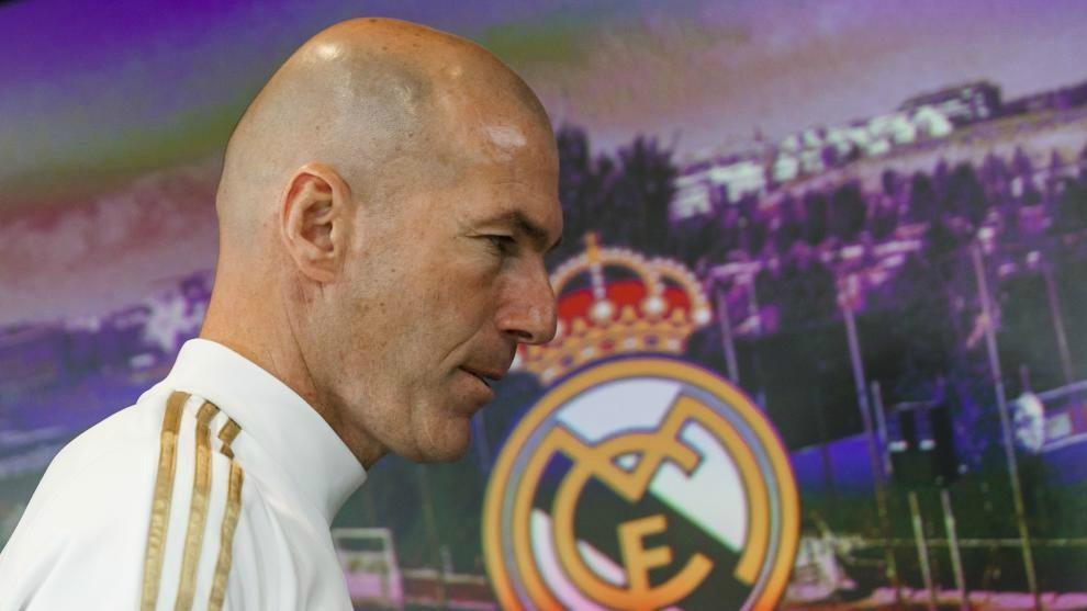 Zidane pasa por delante de un escudo del Madrid al final de una rueda...