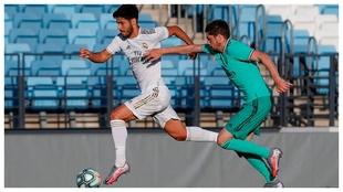 Marco Asensio escapa de Fede Valverde durante el partido del sábado...