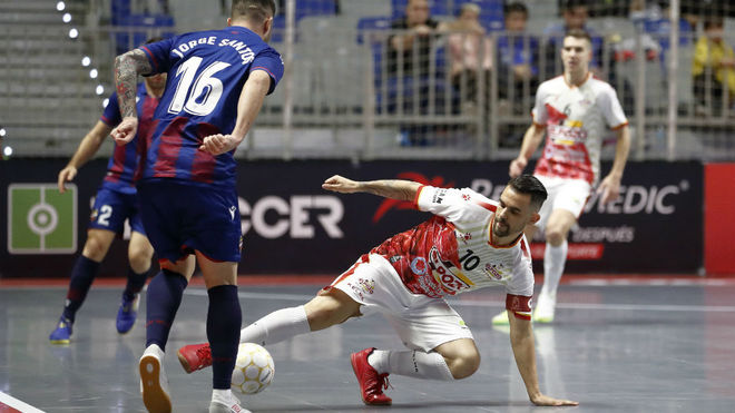 Álex, jugador de ElPozo, trata de robar el balón a Jorge Santos, del...
