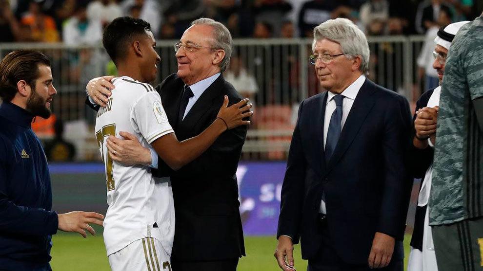 Florentino Pérez, presidente del Real Madrid, abraza a Rodrygo en...