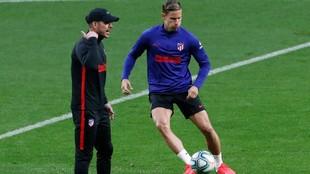 Simeone hace indicaciones a Marcos Llorente en un entrenamiento del...