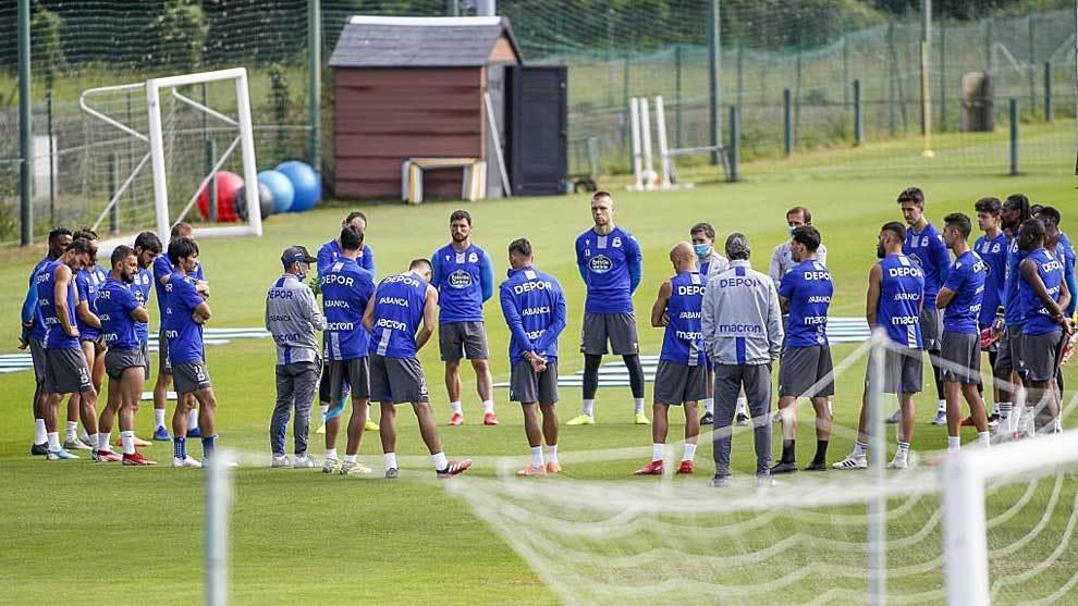 Fernando Vázquez se dirige a sus jugadores en el entrenamiento de...