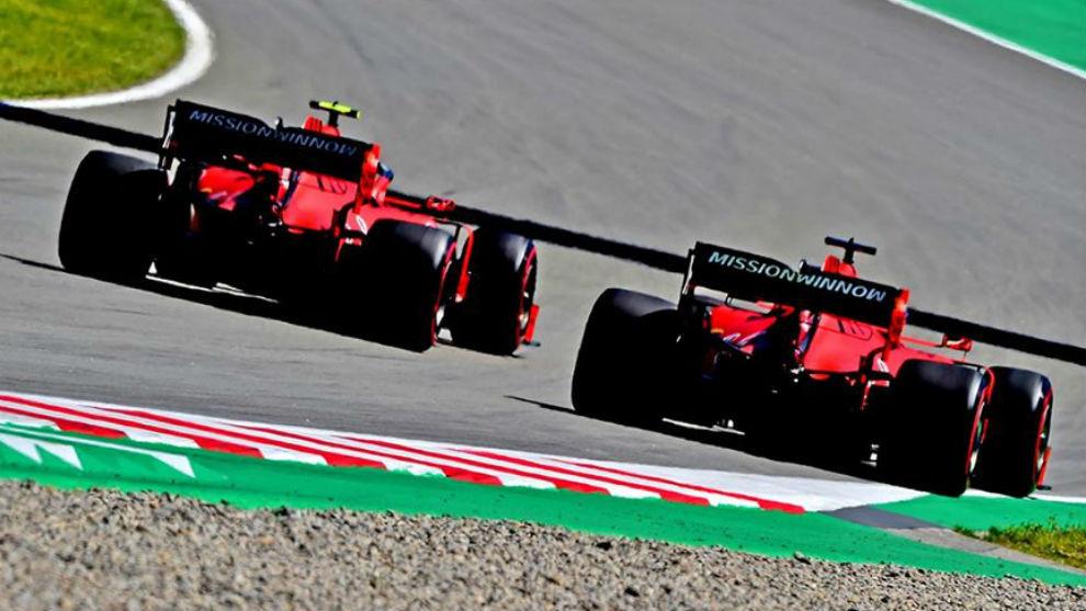 Los Ferrari de Leclerc y Vettel, en los test de Barcelona de F1.