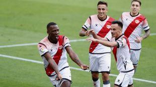 Advíncula celebra junto a sus compañeros su golazo al Albacete en...