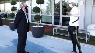Florentino Pérezx y Zinedine Zidane hablan en Valdebebas el día en...