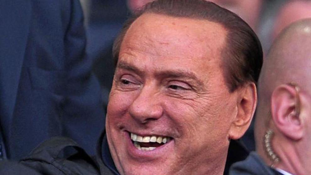 Silvio Berlusconi presenciando un partido con el Milan