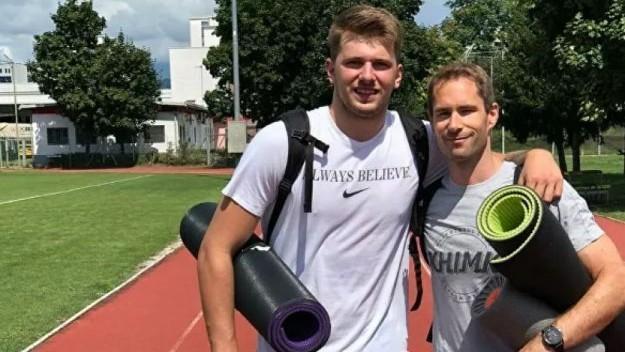 Luka Doncic, junto a su preparador Jure Drakslar.