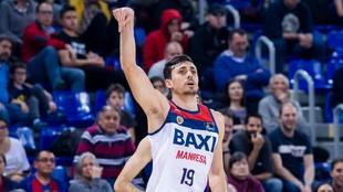 Pere Tomas lanza un triple en un partido del BAXI Manresa.
