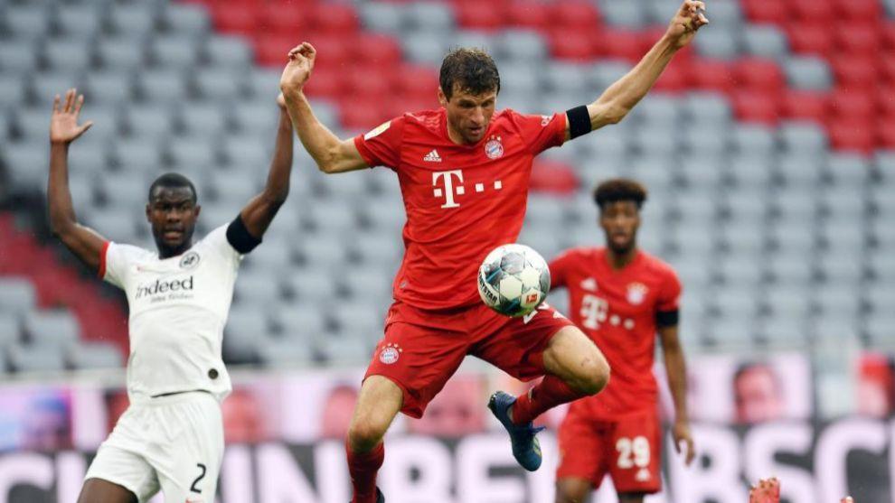 Thomas Müller controla el balón contra el Eintracht Frankfurt.