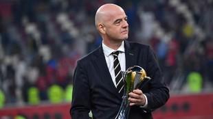 Gianni Infantino con el trofeo de campeón del mundo de clubes que se...