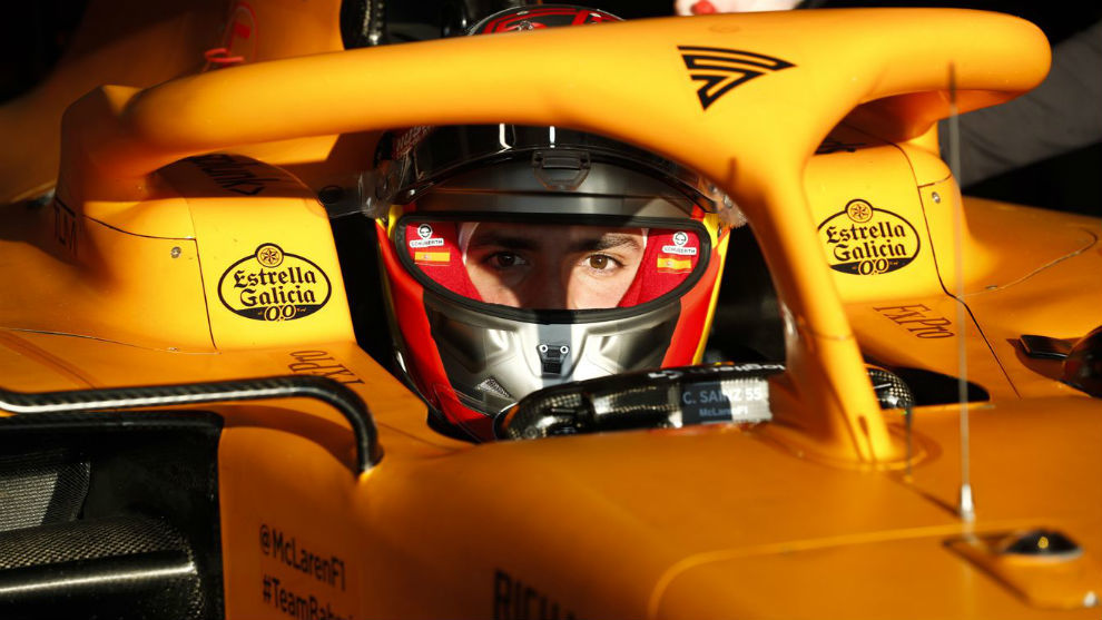 Carlos Sainz, sobre el McLaren, en Barcelona.