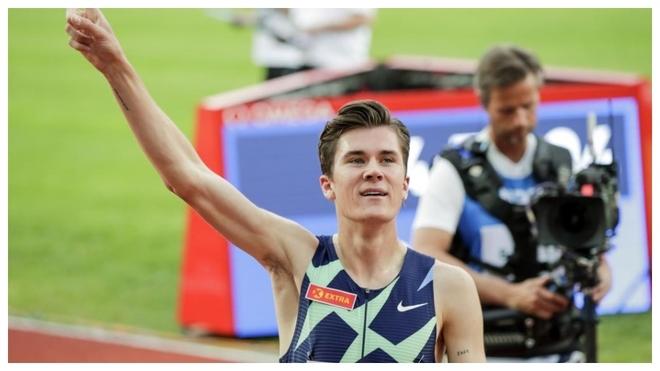 Jakob Ingebrigtsen celebra la consecución del récord de Europa de...
