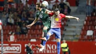 Borja López y Christian Santos saltan para hacerse con el balón en...