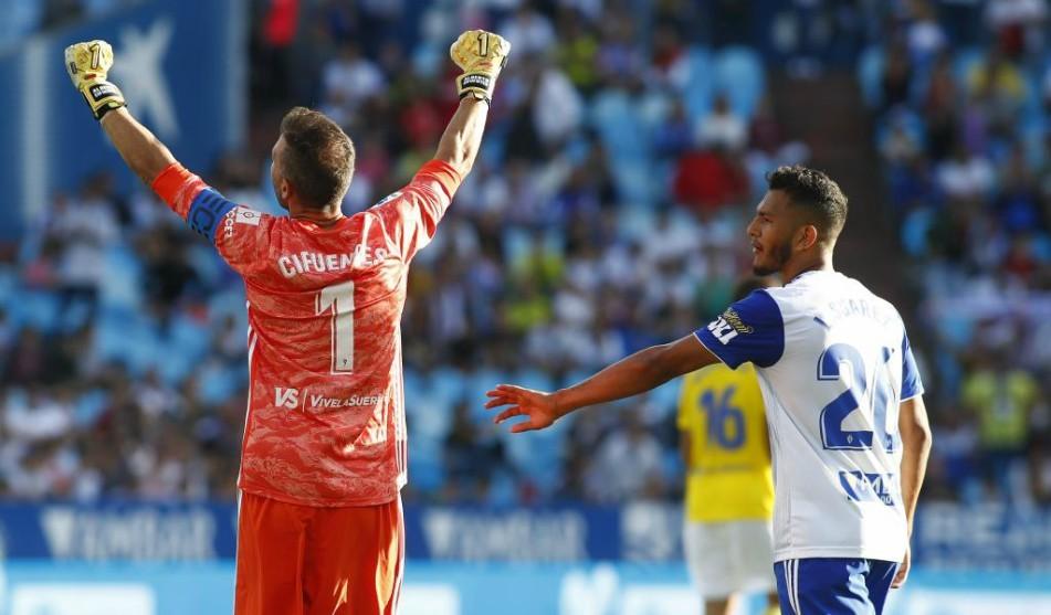 Cifuentes y Luis Suárez gesticulan durante el partido disputado en La...